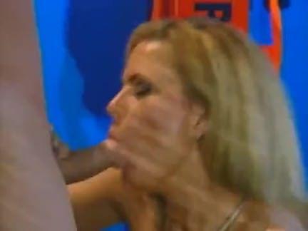 Atolando o caralho na boca da puta