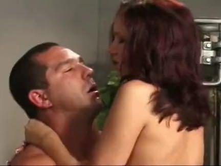 Cadela masturba na banana