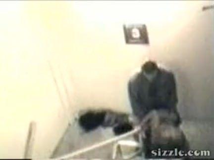 Casal fodendo na escada