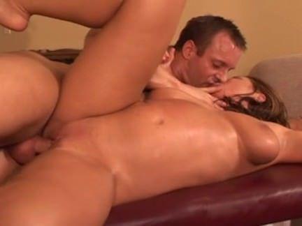 Caseira trai o marido com massagista