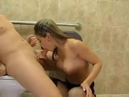 Funcionários transam no banheiro