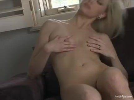 Gata com tesão se masturbando