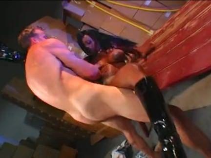 Gatinha se sacia no sexo solitário