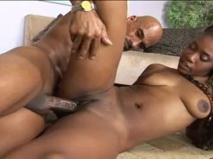 Jovem se masturba com vibrador