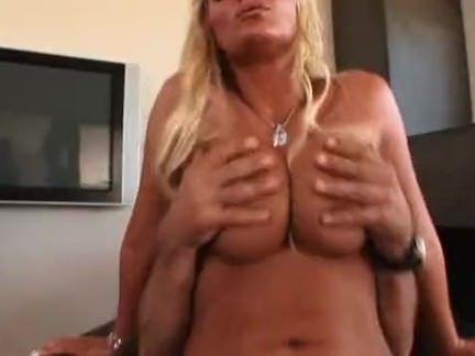 Loira de boceta inchada quer muito sexo