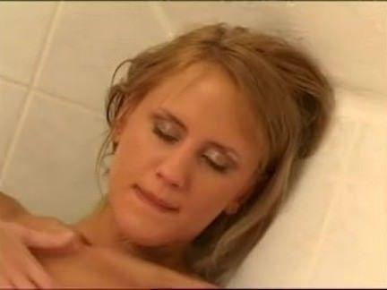 Loira tomando banho