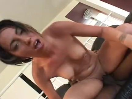 Morena esquentando a bucetinha porno