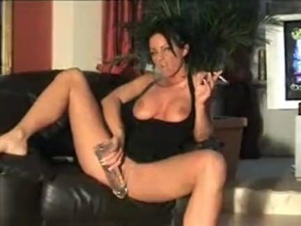 Morena fumando