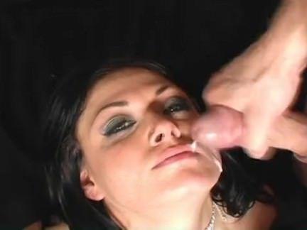 Morena puta adora sexo grupal