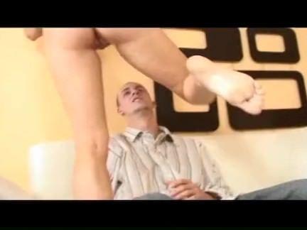 Ninfa se masturba no sofa