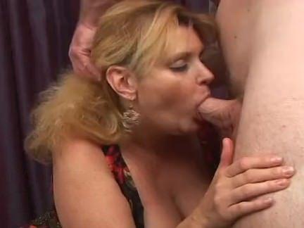 Peituda gostosa masturba com tesão