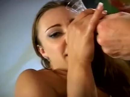 Safada esfregando o vibrador na buceta