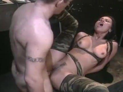 Sexo com a morena militar