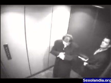 Sexo oral no elevador