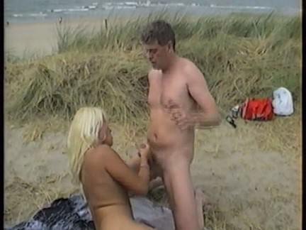 Trepada na praia com deliciosa
